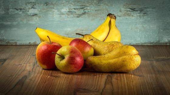 Bodegón con plátanos, mazás e peras.